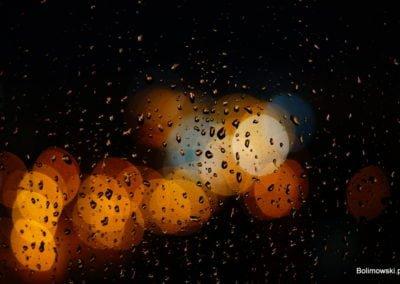 Krople deszczu na szybie