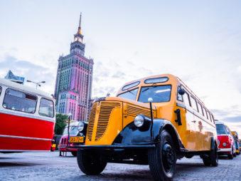 Stary autobus przy Pałacu Kultury