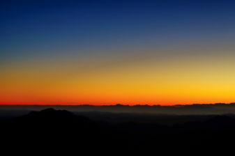 Góra Synaj, Egipt - luty 2013. Tuż przed świtem na górze Synaj